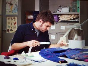 Cesar Rodriguez, restaurator van textiel en modekostuums in het Kunstmuseum, Den Haag